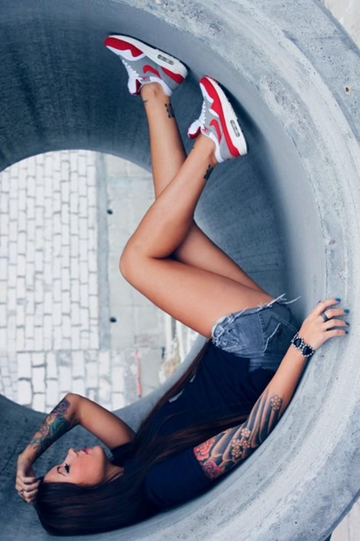 dziewczyna-w-Nike-Air-Max-1-–-White-Red-–-Grey