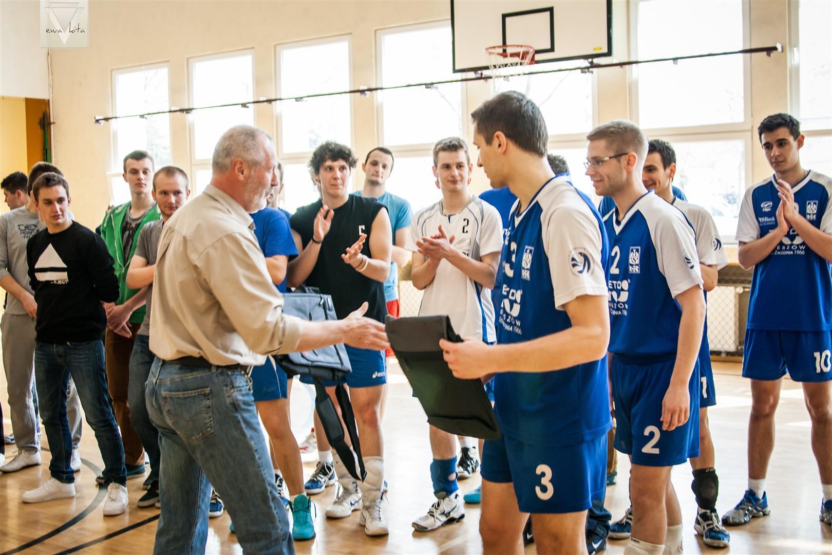 butjana.pl odbieramy nagrodę w turnieju siatkówki