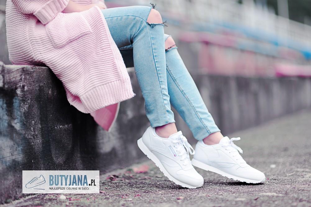 białe reeboki damskie na nodze
