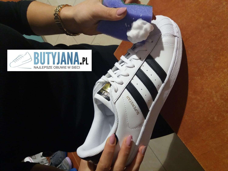 2-nakladanie-pianki-do-czyszczenia-bialych-butow-skorzanych-adidas-superstar